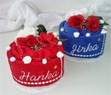 Textilní dorty ve tvaru Srdce s vyšitými jmény novomanželů.